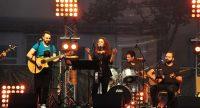 Singende Frau mit vier Bandmitgliedern auf der Bühne, Quelle: DTF Stuttgart