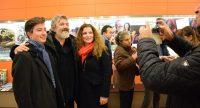 Drei Personen lassen sich im Kinofoyer fotografieren, der Fotograf hat sein Handy in der Hand., Quelle: DTF Stuttgart
