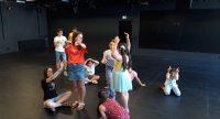 Eine Gruppe von Kindern stellt verschiedene tierische Bewegungen nach, Quelle: DTF Stuttgart