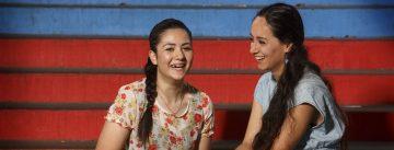 Junge Frau und Mädchen sitzen nebeneinander auf einer Treppe, Quelle: DTF